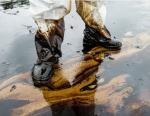 В Саратове из двух огромных цистерн на землю вылилась нефть
